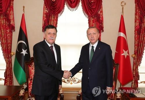 지난 1월 이스탄불서 만난 에르도안(좌) 터키 대통령과 알사라즈 GNA 총리