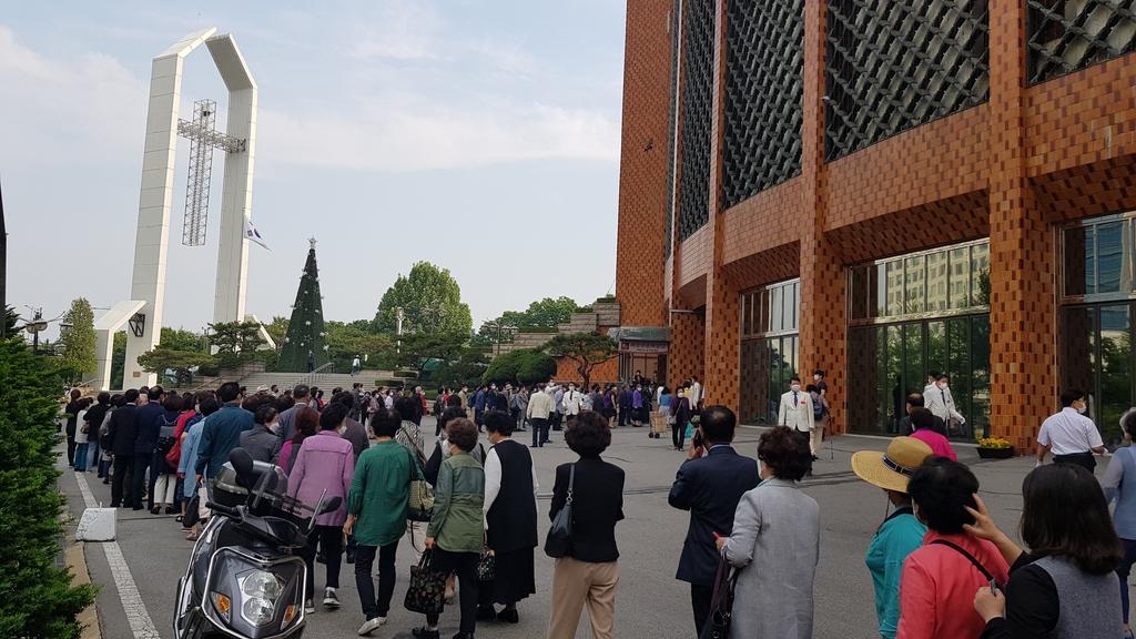여의도순복음교회 광장에 긴 대기줄