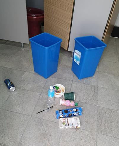 컵라면 용기 등 안반데기 화장실에 버려진 쓰레기 [독자 제공]