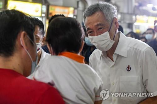인민행동당(PAP) 리셴룽 총리(오른쪽)가 거리에서 시민들을 만나는 모습. 2020.7.3