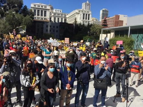 27일(현지시간) 미 샌프란시스코 세인트메리스퀘어에서 사람들이 애틀랜타 총격 사건 피해자들에 대한 추모식을 하고 있다. [김진덕·정경식재단 제공=연합뉴스]