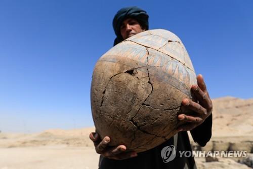 이집트 룩소르 도시 유적지에서 나온 깨진 도기