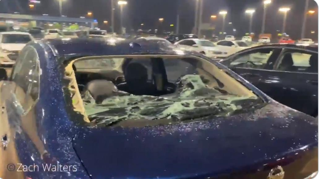 자동차 대리점에 주차된 차량이 우박으로 파손된 모습