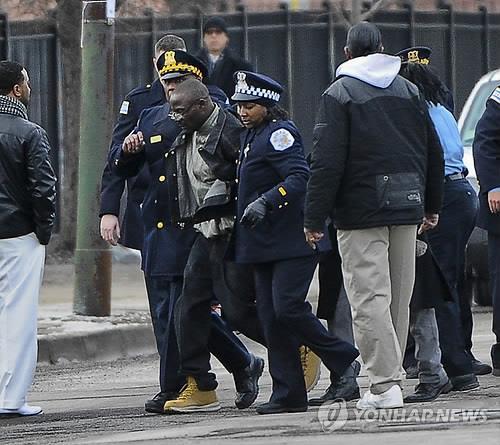 경찰에 끌려가는 시카고 범죄 조직원
