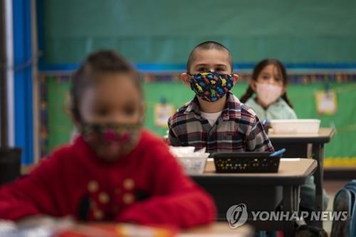 지난 4월 미 LA의 한 유치원에서 마스크를 쓴 어린이들이 수업을 듣고 있다. [AP=연합뉴스 자료사진]