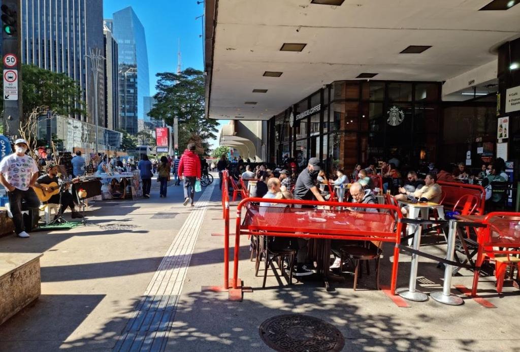 붐비는 상파울루 중심가 도로변 음식점