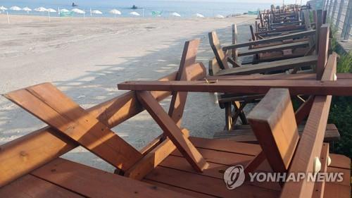 30일 피서객들이 해수욕장에서 음식물을 먹지 못하도록 한 해변의 테이블이 치워져 있다.[촬영 이해용]