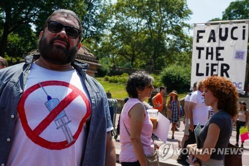 백신 접종 거부 티셔츠를 입은 미국의 한 시민