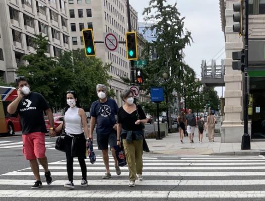 야외에서도 마스크 쓴 사람들