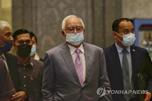 법정 출석하는 나집 라작 말레이시아 전 총리