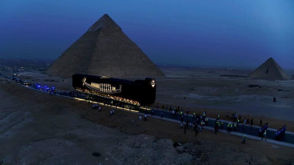 대피라미드가 있는 이집트 기자 평원을 떠나 박물관으로 향하는 쿠푸의 배