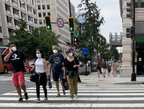 미국 워싱턴DC 야외에서도 마스크 쓴 사람들 [연합뉴스 자료사진]