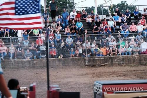 6일(현지시간) 미 미주리주 롤러에서 열린 카운티 박람회에 참석한 주민들이 행사를 지켜보고 있다. 롤러에서는 최근 코로나19 확진지가 급증했다. [AFP=연합뉴스]
