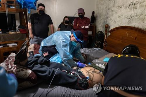 17일(현지시간) 미 텍사스 휴스턴에서 구급요원들이 코로나19 환자를 병원으로 옮기려 준비하고 있다. [AFP=연합뉴스]