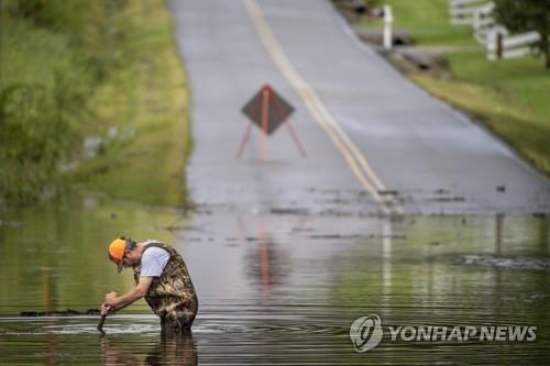 미 테네시주 홍수로 물에 잠긴 도로