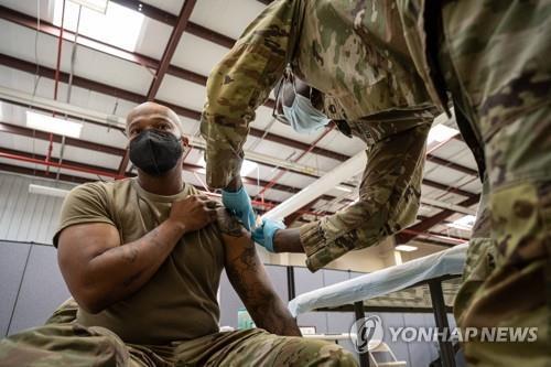 9일(현지시간) 미 켄터키주 포트 녹스에서 한 군인이 코로나19 백신을 맞고 있다. [AFP=연합뉴스]