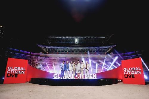 숭례문 앞에서 퍼포먼스 펼친 방탄소년단