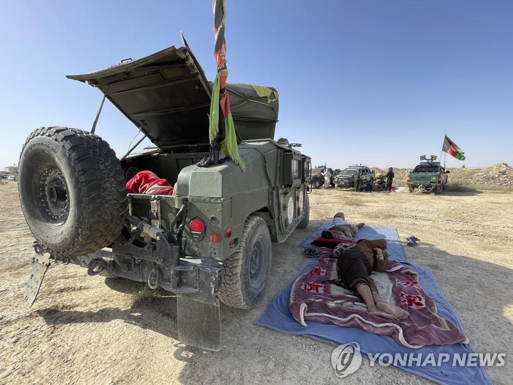 한 아프간 군인이 13일(현지시간) 칸다하르주에서 탈레반과 전투 중에 휴식을 취하고 있다. [AP=연합뉴스]