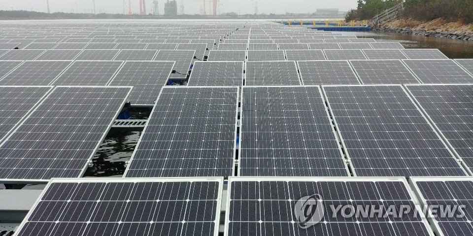 South Korea's largest floating solar farm in Gunsan, some 220 kilometers south of Seoul, is shown in this photo taken on Nov. 8, 2018. (Yonhap)
