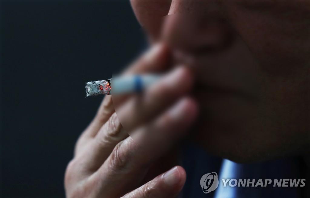 흡연하는 시민