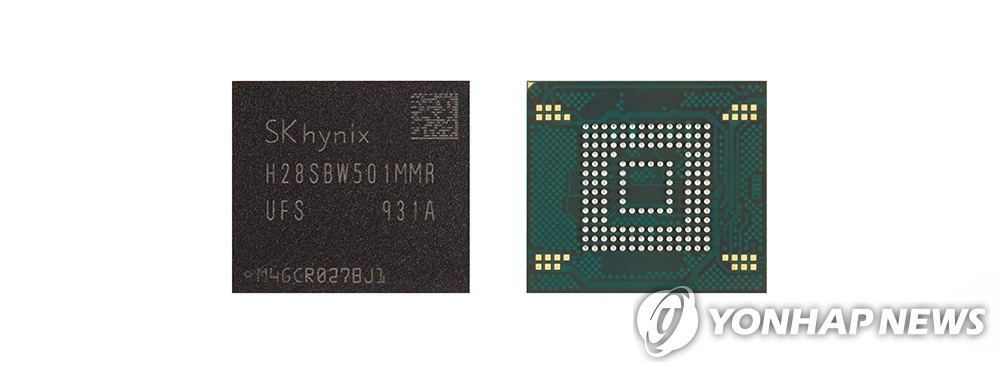 This photo provided by SK hynix shows the company's NAND flash memory chips. (PHOTO NOT FOR SALE) (Yonhap)