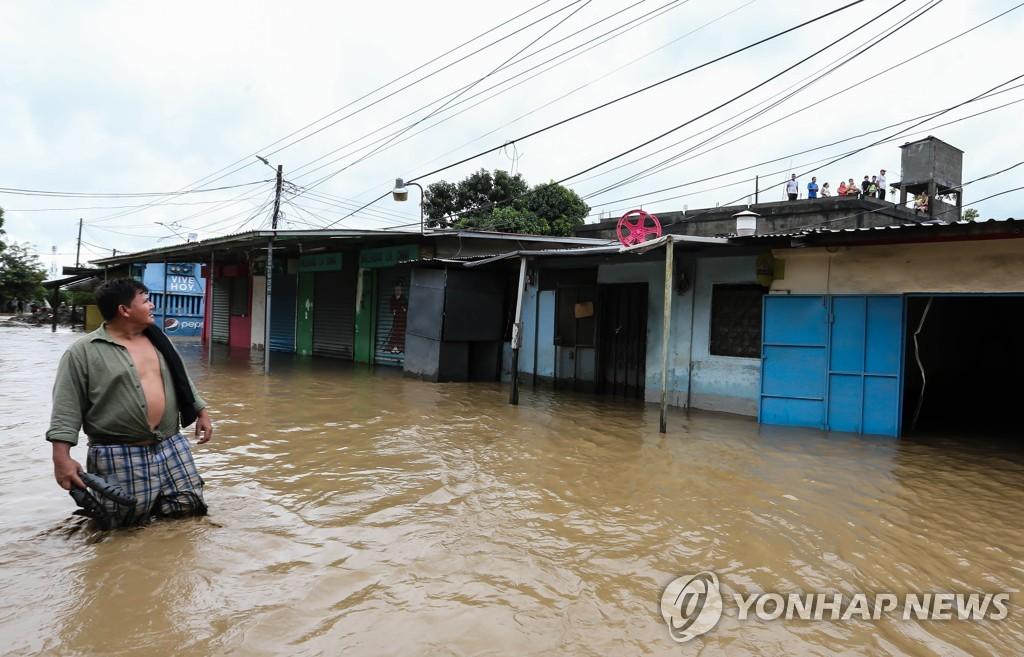 요타가 뿌린 폭우로 침수된 온두라스 북부의 한 마을
