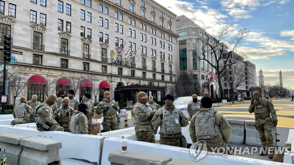 This AFP photo shows U.S. National Guard troops standing guard in downtown Washington on Jan. 19, 2021, a day before President-elect Joe Biden was set to be sworn in to office. (Yonhap)