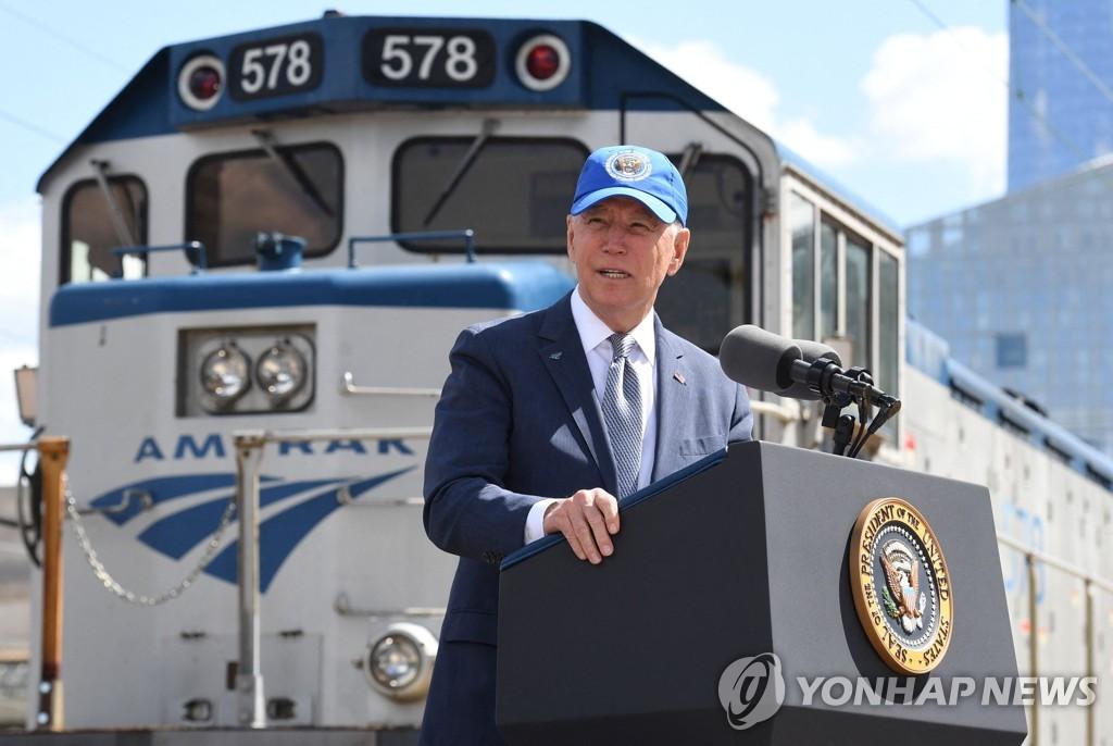 조 바이든 미국 대통령이 30일(현지시간) 필라델피아 암트랙 30번가 역 승강장에서 연설하고 있다.