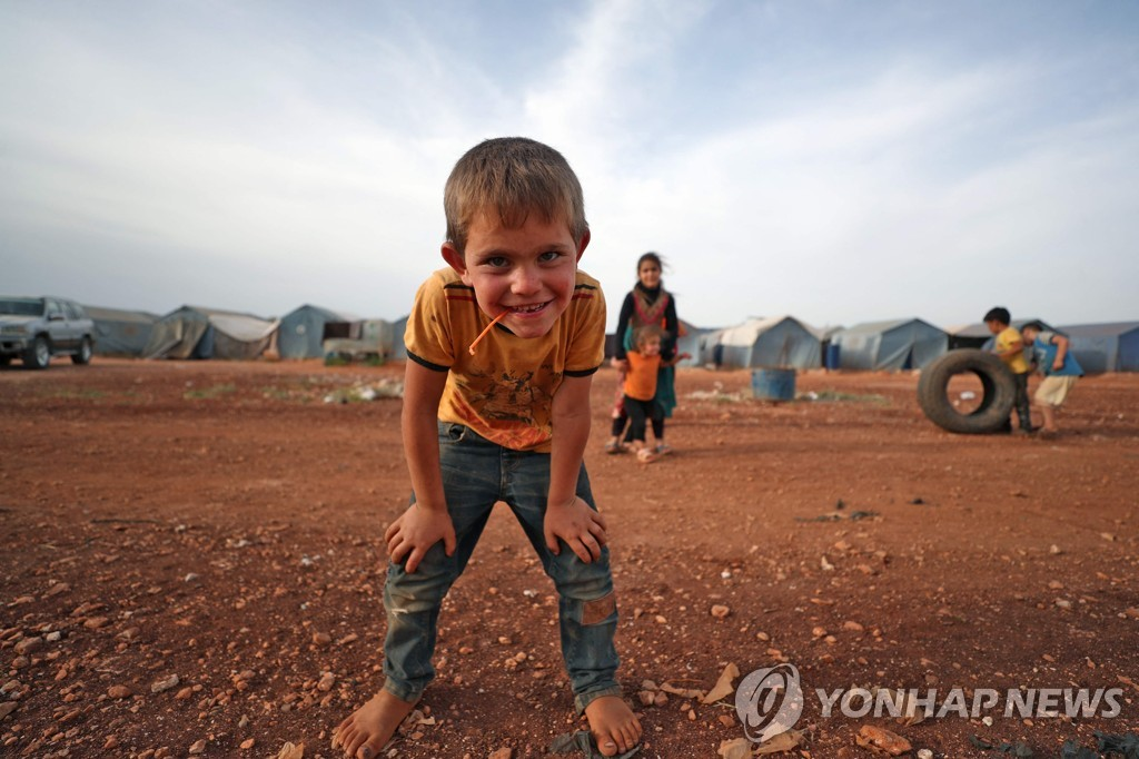 지난 8일(현지시간) 시리아 북부 이들립주의 한 난민캠프에서 사는 소년 모습