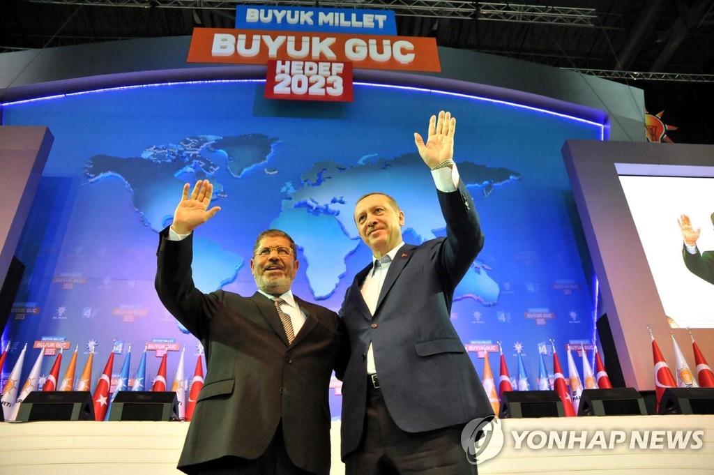 2012년 앙카라에서 열린 AKP 전당대회에서 당원의 환호에 답하는 에르도안 당시 총리(오른쪽)와 엘시시 전 이집트 대통령