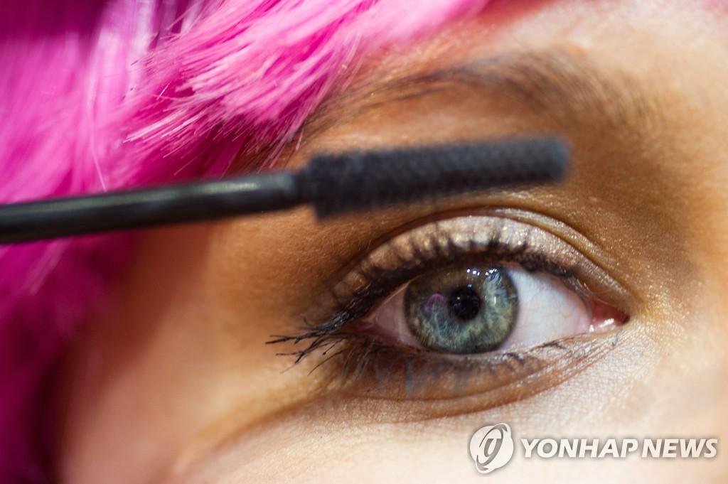 마스카라를 칠하는 여성. 기사 내용과 직접적 관련 없음. [EPA=연합뉴스 자료사진]