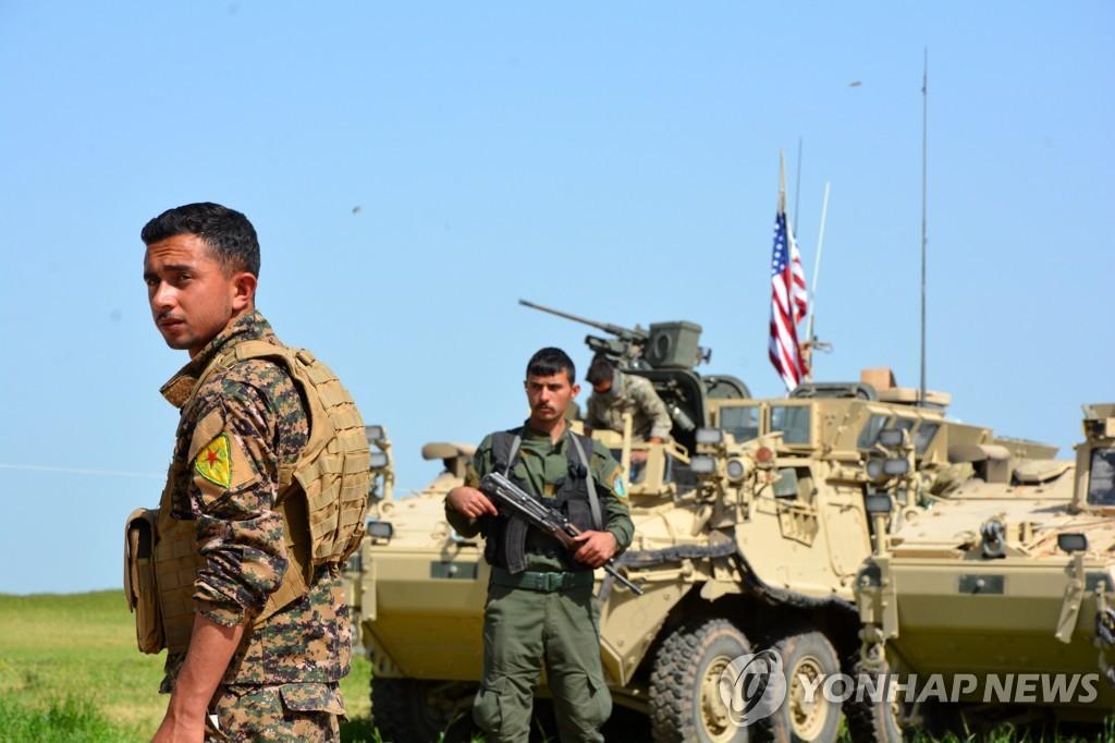 시리아 북부의 쿠르드 민병대 부대원과 미군 장갑차량 [EPA=연합뉴스 자료사진]