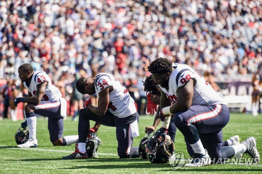 NFL 선수들의 무릎꿇기 모습.