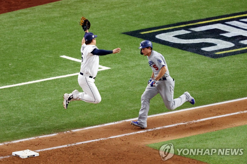 In this Getty Images file photo from Oct. 23, 2020, Tampa Bay Rays first baseman Choi Ji-man (L) makes a leaping grab on a throw from third baseman Joey Wendle, with Corey Seager of the Los Angeles Dodgers running, during the top of the fourth inning of Game 3 of the World Series at Globe Life Field in Arlington, Texas. (Yonhap)