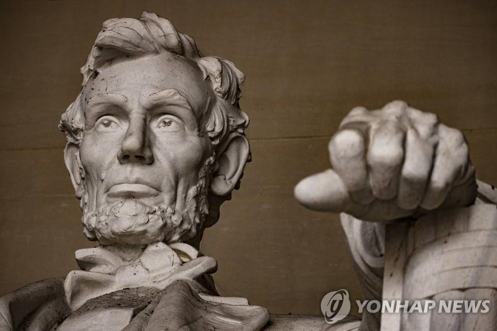 사진은 미국 워싱턴DC 링컨 기념관의 에이브러햄 링컨 전 미국 대통령 인물상. [게티이미지· AFP=연합뉴스 자료사진. 보도목적으로만 사용 가능]