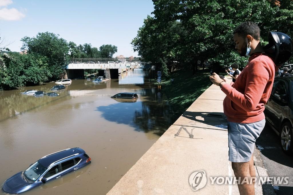 [AFP=연합뉴스] 물에 잠긴 뉴욕 브롱스의 도로