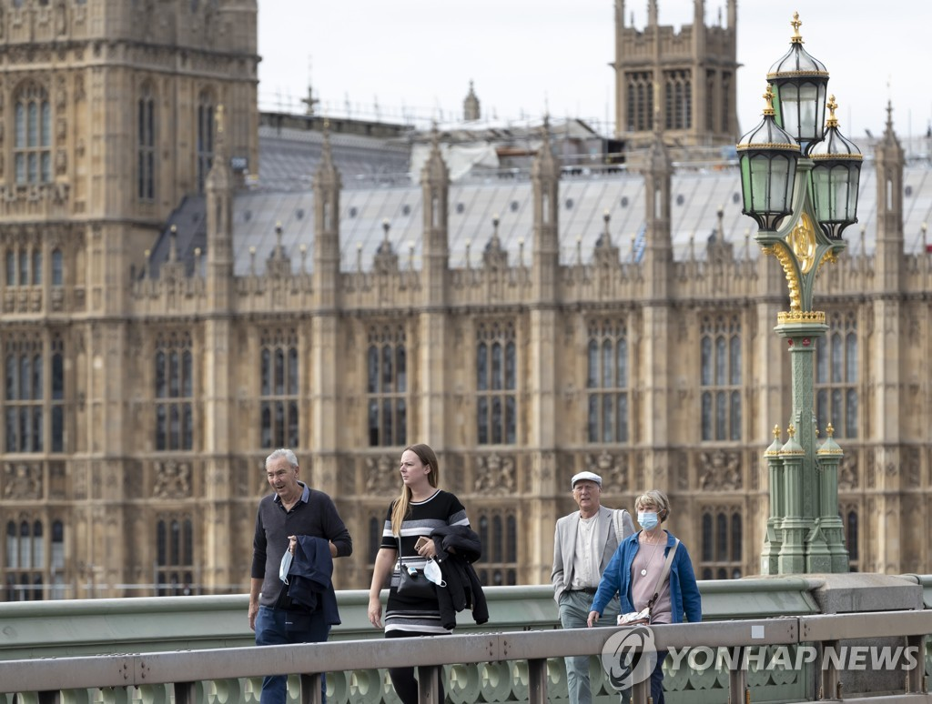 영국 의사당 인근 다리를 지나는 행인들 [신화=연합뉴스]