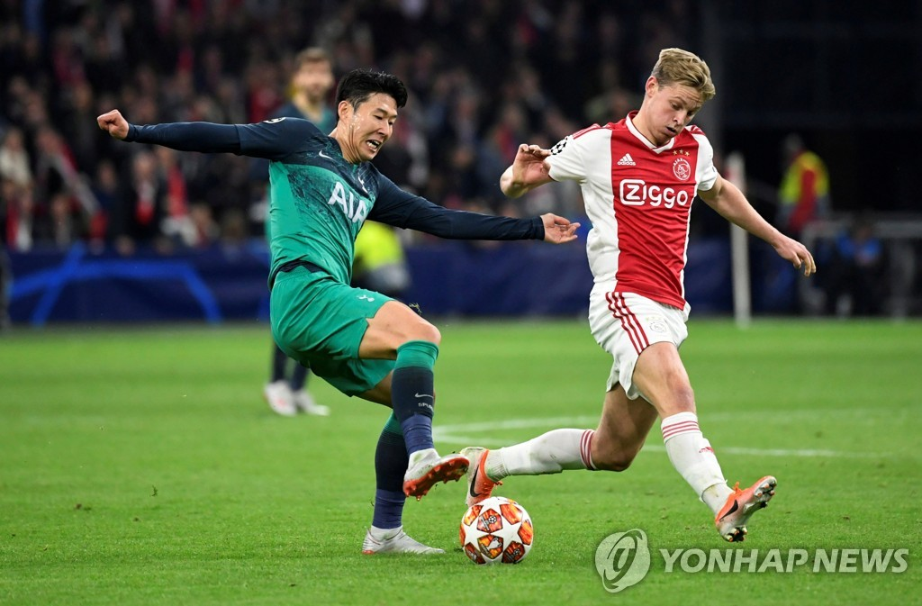 In this Reuters file photo from May 8, 2019, Son Heung-min of Tottenham Hotspur (L) vies for the ball against Frenkie de Jong of Ajax during the second leg of their UEFA Champions League semifinals at Johan Cruyff Arena in Amsterdam. (Yonhap)