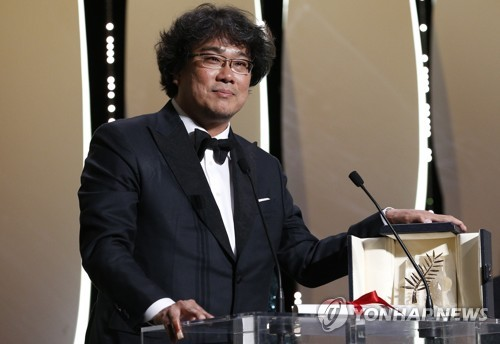 "In this Reuters photo, South Korean director Bong Joon-ho wins the Palme d'Or for his film ""Parasite"" at the 72nd Cannes Film Festival in Cannes, France, on May 25, 2019. (Yonhap)"