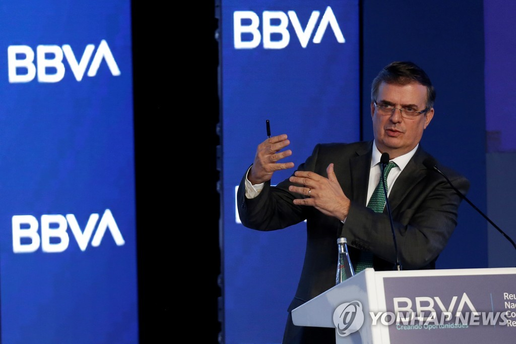은행 연례 행사에 참석해 연설하는 마르셀로 에브라르드 멕시코 외교부 장관 [로이터=연합뉴스]