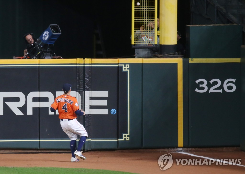 우측 폴 하단에 맞은 켄드릭의 2점 홈런