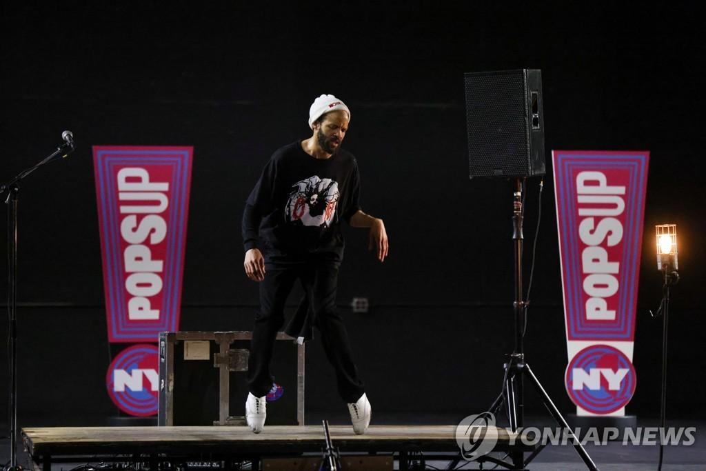 387일 만의 브로드웨이 공연에서 춤을 추는 탭 댄서 새비언 글로버