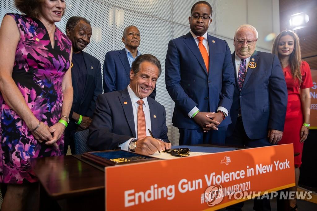 총기 폭력 관련법에 서명하는 앤드루 쿠오모 뉴욕주지사