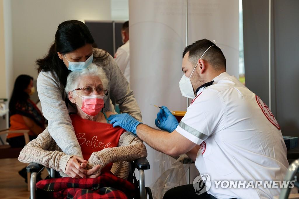 이스라엘에서 부스터샷을 맞고 있는 할머니