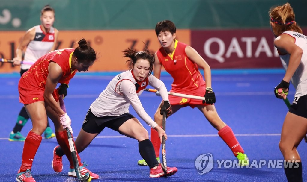 In this file photo from Aug. 31, 2018, Choi Su-ji of South Korea (2nd from L) tries to stop a Chinese player during the teams' bronze medal game at the 18th Asian Games at GBK Hockey Field in Jakarta. (Yonhap)