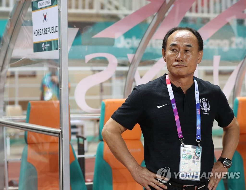 In this file photo from Sept. 1, 2018, Kim Hak-bum, head coach of the South Korean men's under-23 football team, looks to the field before the start of the gold medal match against Japan at the 18th Asian Games at Pakansari Stadium in Cibinong, Indonesia. (Yonhap)