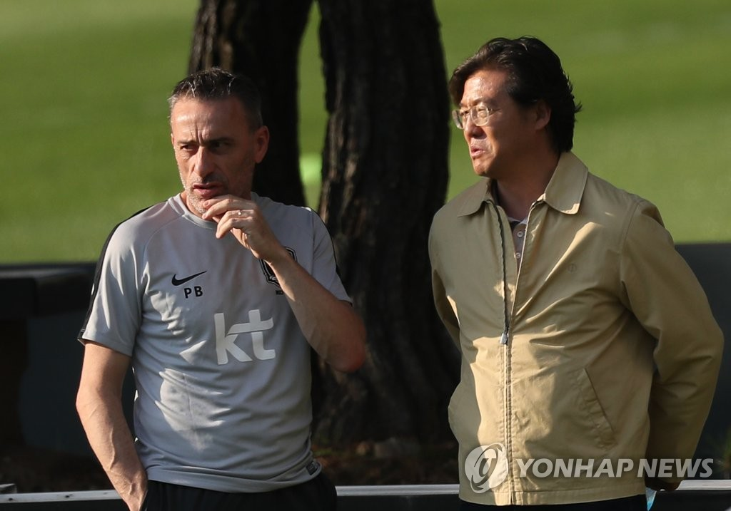 This file photo taken on Sept. 9, 2018, shows South Korea national football team head coach Paulo Bento (L) speaking with Kim Pan-gon, head of the national team coach appointing committee at the Korea Football Association (KFA), at the National Football Center (NFC) in Paju, north of Seoul. (Yonhap)