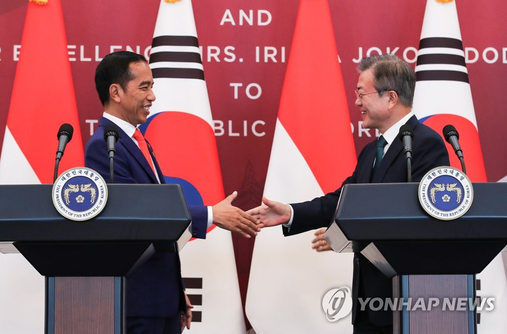 South Korean President Moon Jae-in (R) shakes hands with Indonesian President Joko Widodo in Seoul on Sept. 10, 2018. (Yonhap)