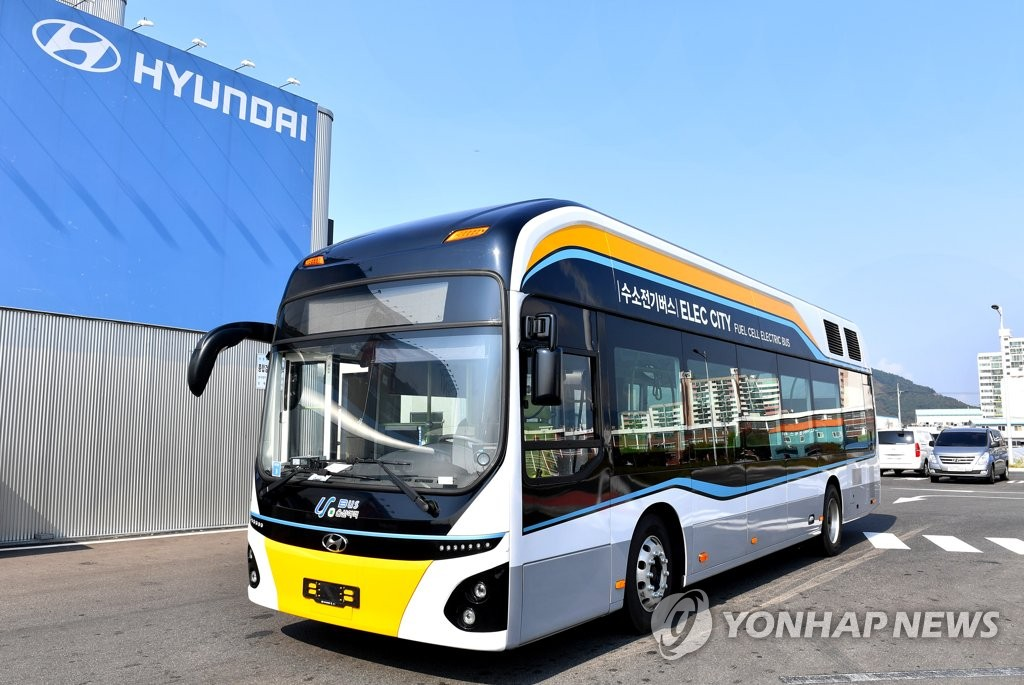 This photo, provided by Hyundai Motor Co., shows the carmaker's hydrogen-electric bus, which the city of Ulsan put into service on one of its intra-bus routes for pilot operation on Oct. 22, 2018. (Yonhap)