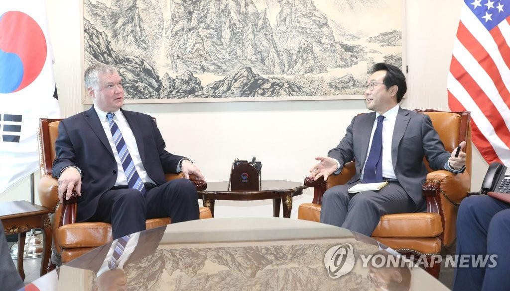 This file photo shows top South Korean envoy on North Korean policy Lee Do-hoon (R) talking with his American counterpart, Stephen Biegun. (Yonhap)